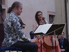 Jedinečný koncert vyslechli hosté Hudebního festivalu Znojmo na nádvoří Starého zámnku v Jevišovicích. Na jednom podiu se poprvé sešli houslita a patron festivalu Pavel Šporcl, pianista Ivo Kahánek a violoncellistka Michaela Fukačová.