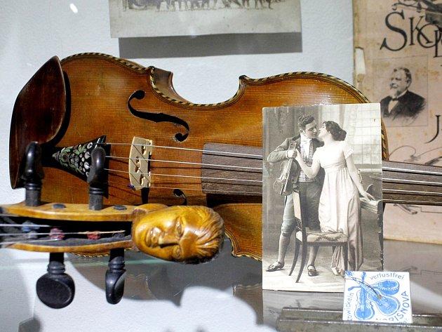 Historické nástroje strunné, dechové i bicí z počátku 18. až 20. století vystavuje až do šestého ledna Jihomoravské muzeum ve Znojmě.