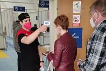 Znojemští hokejisté pomáhají v očkovacím centru.