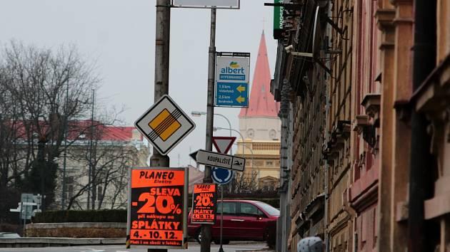 Výzva: Dejte pryč reklamy ze sloupů! Zlepší to prostředí města, tvrdí aktivisté