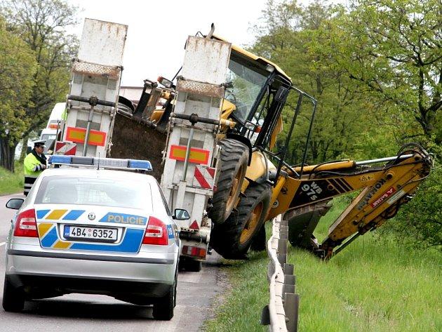 Havárie  tahače s bagrem u dobšického viaduktu