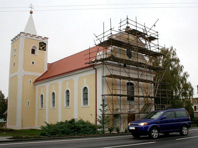 Gotická věž a hlavní loď kostela ve Chvalovicích dostává novou fasádu.