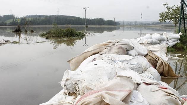Pole a zahrady u Žerotic zalila rozvodněná Jevišovka.