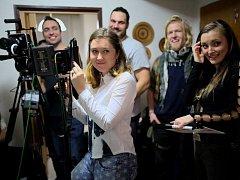 Mladá režisérka dokončuje film Jak se moří revizoři. Peníze na dokončení projektu shání prostřednictvím Startovače.
