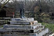 Jak bronzové gumáky trčí z podstavce na soutoku Moravy a Dyje u slovenských Sekulí zbytky sochy Hledajícího. Desáté zastavení Podyjské glyptotéky zničil v těchto dnech zatím neznámý zloděj. Umělec se domnívá, že jeho dílo ukradl někdo na objednávku.