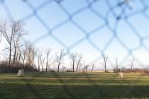 Lesonice na Znojemsku mají nové fotbalové mužstvo. Zdejší fotbalové hřiště na dohled jaderné elektrárně Dukovany ožije už v létě prvními kláními IV. třídy.