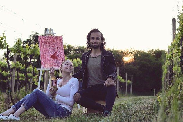 Vinaři Martinu Vajčnerovi (vpravo) pomáhá se sběrem vína ijeho přítelkyně Monika.