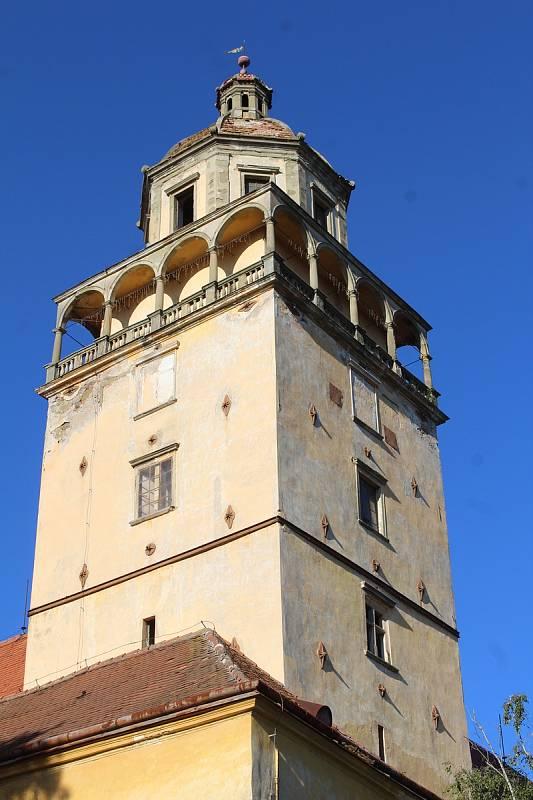 Osmé Burčákobraní mělo štěstí na počasí. Odehrálo se tradičně na nádvoří místního zámku. Zatím ještě pod neopravenou zámeckou věží. To se však brzy změní...