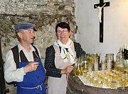 Manželé Vespalcovi vítali každého návštěvníka ve sklípku za chalupou.