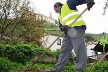Téměř stovka lidí bez práce našla práci ve prospěch města. Uklízejí různá zákoutí, pomáhají při opravách znojemského hradu.