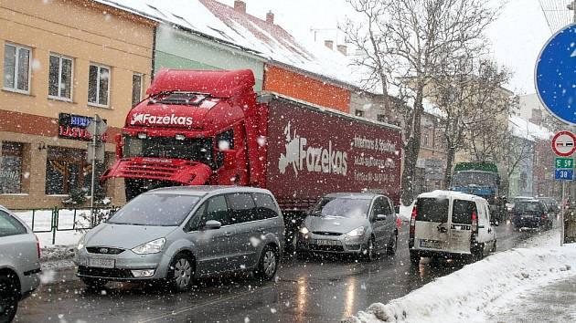 Porouchaný kamion zkomplikoval dopravu v Pražské ulici ve Znojmě.