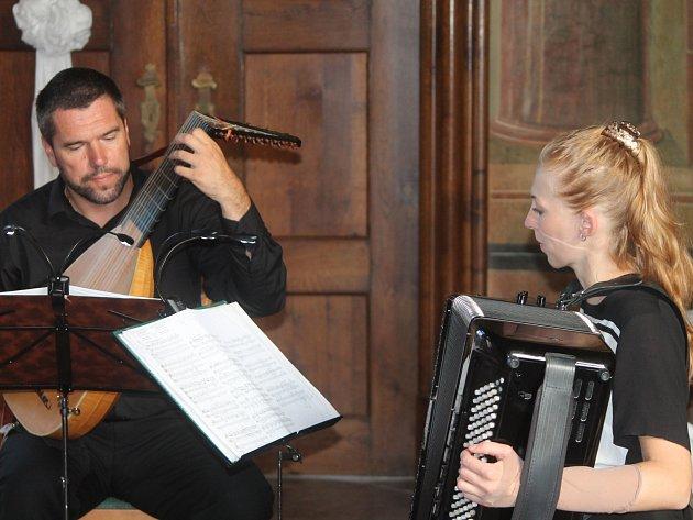 """Koncert """"Renaissance touches"""", nazvaný podle soudobého díla pro naše duo, je zaměřený na nejkrásnější vybrané sólové skladby od dob renesance pro loutnu a akordeon."""