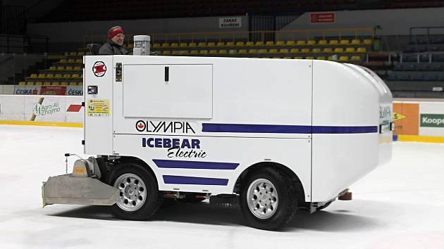 Nová rolba na úpravu ledu stála skoro čtyři miliony korun. Znojmu na ni přispěl kraj víc jak jedním milionem.