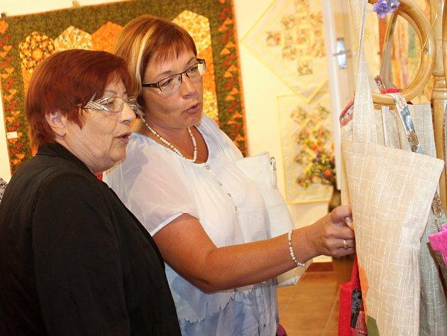 Členky Patchworkového klubu vystavují své práce ve znojemské galerii Domu porozumění.
