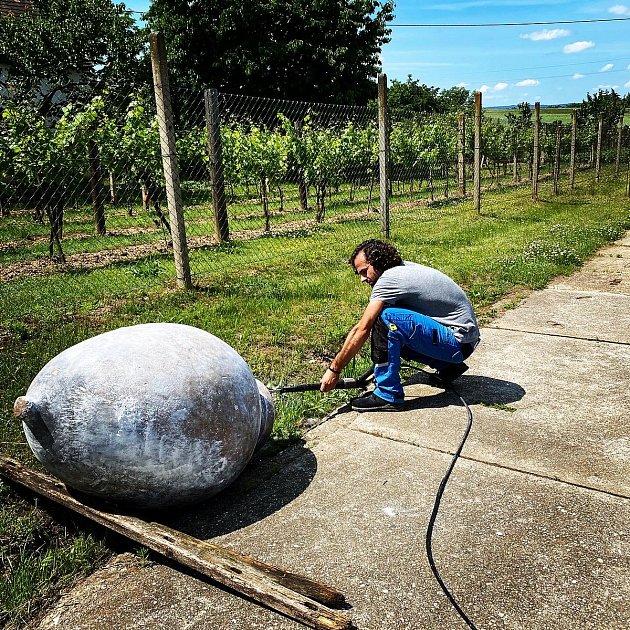 Martin Vajčner vyrábí vína imetodou kvevri vhliněných nádobách.
