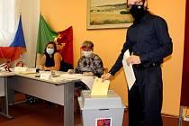 Šestatřicetiletý lídr kandidátky Pirátů do zastupitelstva kraje Lukáš Dubec volil v pátek ve Vranovské Vsi.
