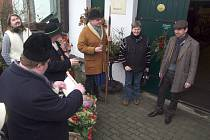 Členové Spolku přátel Hroznové kozy vyrazili na tradiční hotařskou koledu do Nového Šaldorfu.