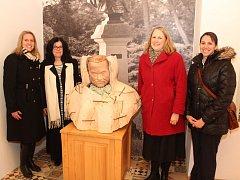 Delegace velvyslanectví USA v čele s Joann Lockardovou, radovou pro tiskové a kulturní záležitosti, přijela do Popic u Znojma na prohlídku rodného domu Charlese Sealsfielda.