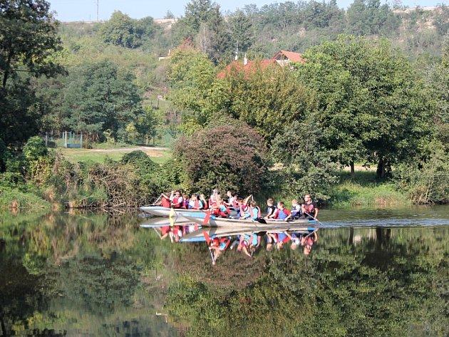 Znojemští vodáci vyučují školáky základům vodáckých dovedností. Na fotografiích žáci třetí třídy Základní školy Dr. Mareše s vedoucím centra Stará vodárna Davidem Grosem.