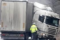Patrně kvůli náledí havaroval ve středu ráno kamion na silnici první třídy ze Znojma do Jihlavy nedaleko Žerůtek. Policie v místě provoz řídila několik hodin kyvadlově.