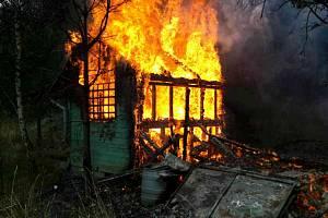 Zahradní chatku zničil v pondělí po poledni požár v Sedlešovicích.