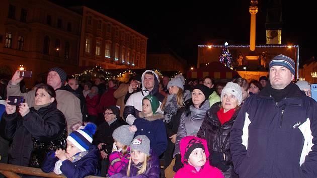 Na tři stovky lidí si přišly ve středu v podvečer zazpívat koledy s Deníkem na znojemské Masarsykovo náměstí. Tón udával pěvecký sbor při ZŠ Pražská.