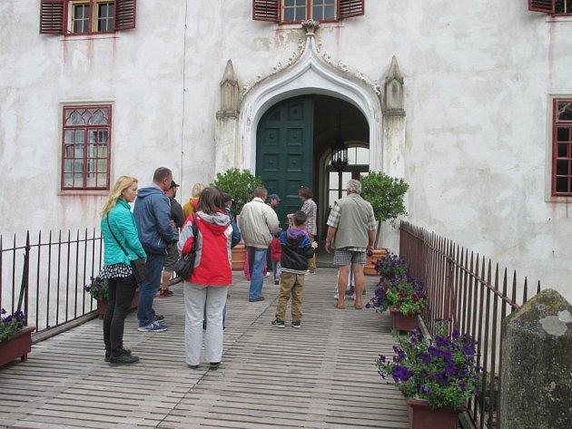 Na hrad Bítov si uprostřed léta najdou cestu zástupy turistů.