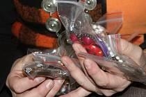 Prodejem darovaných náhrdelníků, náušnic a šátků pomáhá projekt Znojemsko na dřeň Nadaci pro transplantaci kostní dřeně.