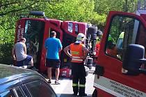 Hasiči, zdravotníci i policisté zasahovali v pondělí odpoledne u havárie kamionu v Lechovicích.