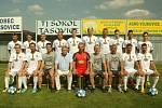 Hráči divizního Sokola Tasovice (v bílých dresech) zakončili sezonu výhrou 5:0 nad Ždírcem.
