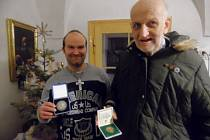 Jan Herna spolu s kolegou krátce po převzetí ocenění za mimořádnou obětavost během Tříkrálové sbírky.
