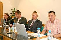 Poslední jednání znojemského zastupitelstva. Zleva: Marian Keremidský, Jan Blažíček, Petr Nezveda, Pavel Balík.