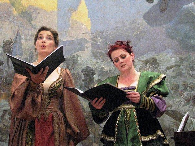 Netradiční prostředí pro koncert vybrali organizátoři znojemského hudebního festivalu. V neděli večer nabídli návštěvníkům možnost poslechnout si Mozartovy či Haydnovy skladby přímo mezi obrazy Muchovy Slovanské epopeje.