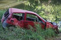 Dvěma těžkými zraněními skončila havárie Fiatu Punto ve čtvrtek odpoledne mezi Hrádkem a Jaroslavicemi. Auto prorazilo zábradlí mostu a spadlo o sedm metrů níž na břeh Dyje.