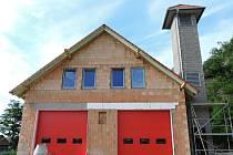 Únanovští hasiči budou mít novou hasičskou zbrojnici. Její stavba se chílí ke konci. Starosta Vojtěch Fabík míní, že fungovat bude už v listopadu.