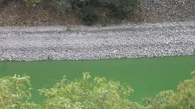 Vranovská přehrada v místě pod Bítovem.