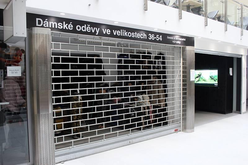 Zavřená prodejna oblečení v pasáži Rozkvět v historickém centru Brna, 13. března 2021.