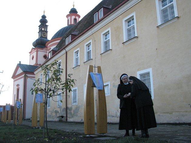 Zahradu hradišťského kláštera zdobí sedm zastavení Božího milosrdenství
