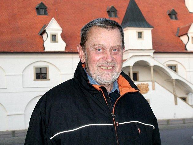 Starosta Slupi František Jeleček před nejznámější dominantou obce - vodním mlýnem.