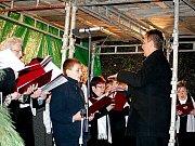 V Miroslavi rozsvítili vánoční strom a věnec.