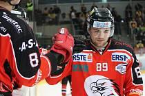 Znojemský hokejový útočník Jan Lattner při utkání s Linzem.