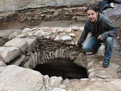 Znojemští archeologové v čele s Davidem Humpolou objevili u Velké Michalské ve Znojmě historickou podzemní cisternu na vodu z 15. či 16. století. Hloubka je nejméně deset metrů.