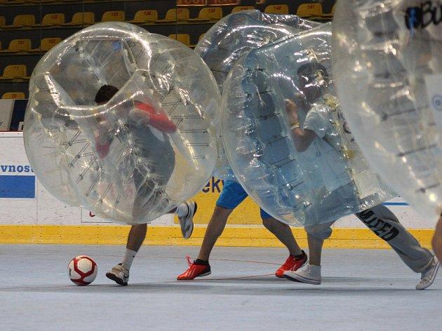Hráči znojemských Orlů si vyzkoušeli fotbal ve vzduchových bublinách, ve kterém se poměřili s vlastními fanoušky.