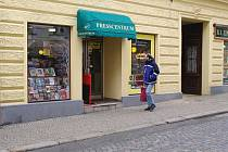 Na Kovářské ulici lidé nakupovali knihy už před revolucí. Výběr je dnes mnohem větší, zákazníků ale ubývá.