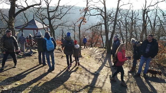 Místa, která byla mimo sezonu téměř prázdná, nyní praskají ve švech. Králův stolec v Národním parku Podyjí.