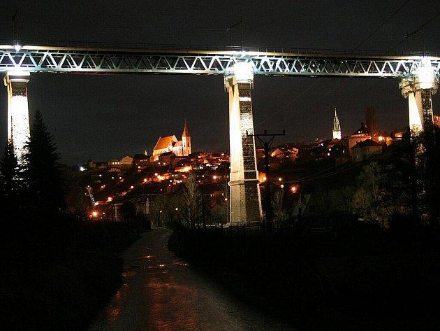 Znojmo má novou noční dominantu: osvětlené pilíře železničního mostu přes údolí řeky Dyje.
