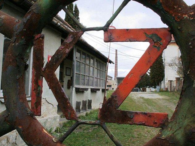 Bývalá keramička v Kravsku chátrá.
