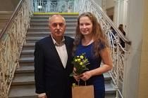 Veronika Moravcová s ředitele GPOA Leošem Gretzem po převzetí ocenění na krajském úřadu.