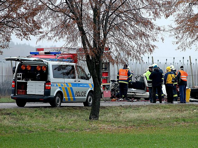K tragické nehodě osobního auta a autobusu došlo mezi obcemi Suchohrdly u Znojma a Těšetice. Řidič osobního auta pravděpodobně vjel pod autobus projíždějící v protisměru. Svým zraněním na místě podlehl. V autobuse bylo lehce zraněno osm dětí a další muž.