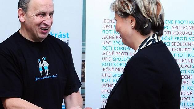 Částkou tři sta tisíc korun odměnil Nadační fond proti korupci Renatu Horákovou. Ta je tak třetí oceněnou nadačním fondem. Horáková se ještě jako vedoucí majetkového odboru pustila do boje proti korupci na radnici, což je v celorepublikovém měřítku ojedin